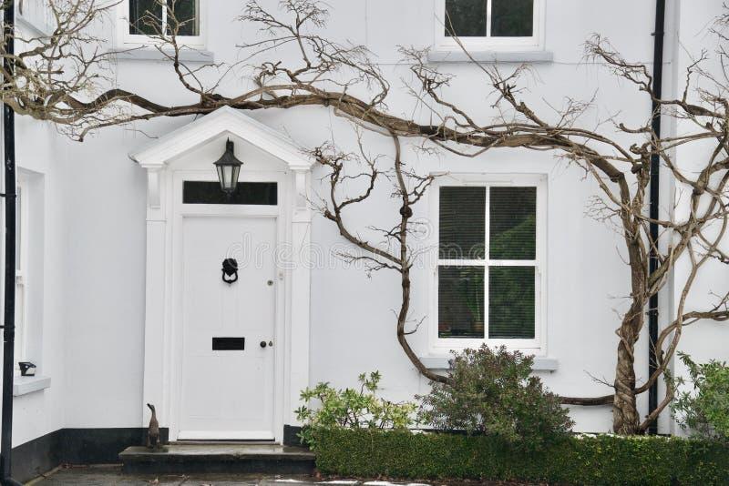 Casa bianca: portico dell'entrata principale e finestre di grande casa inglese nell'inverno fotografie stock libere da diritti