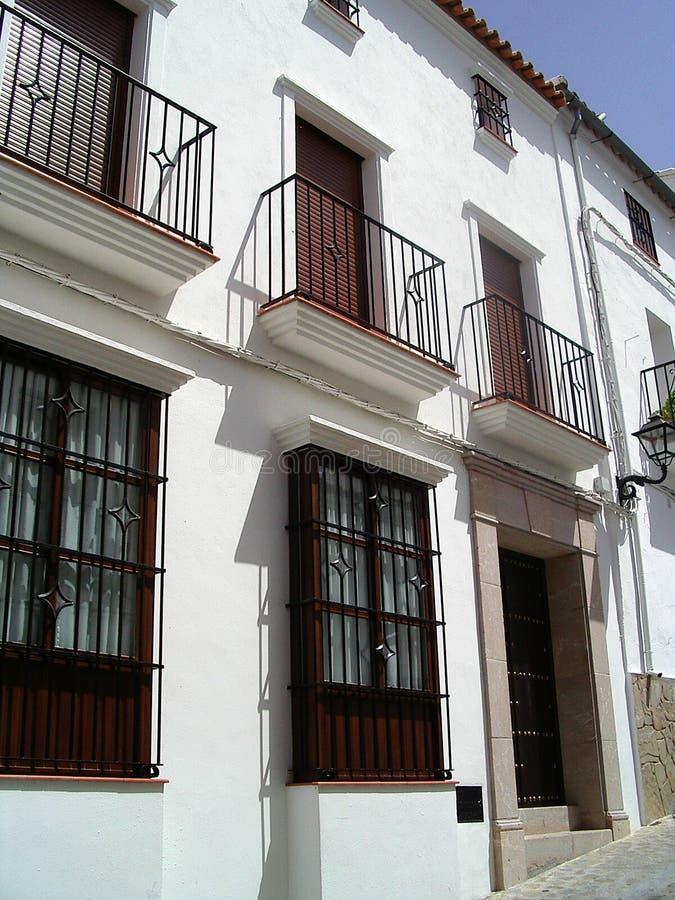 Casa bianca in villaggio spagnolo immagini stock libere da diritti