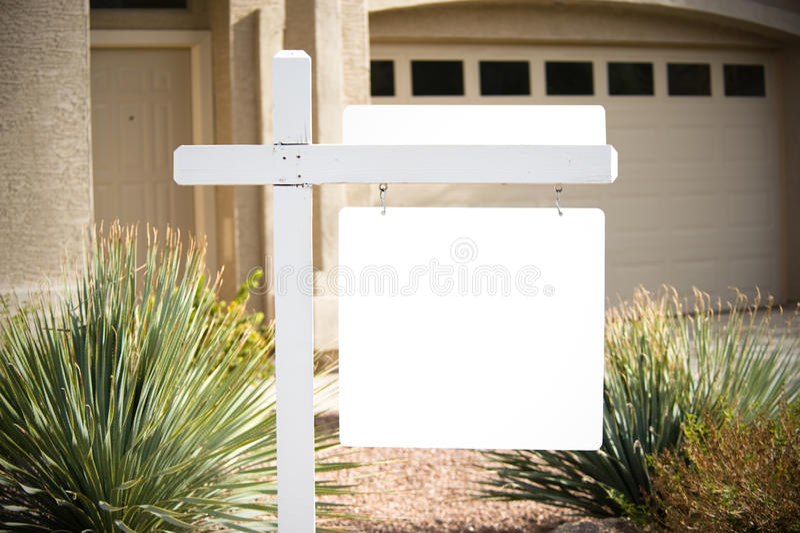 Casa in bianco da vendere il segno immagine stock