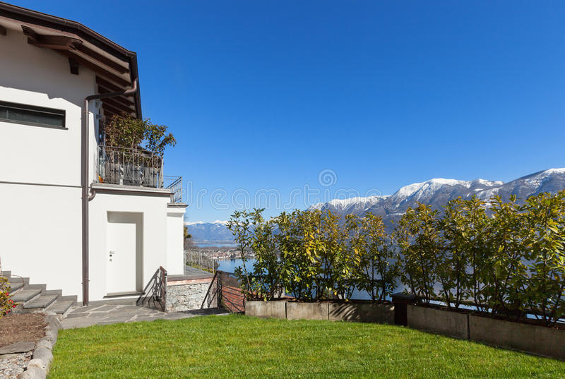 Casa blanca con el jardín, exterior foto de archivo libre de regalías