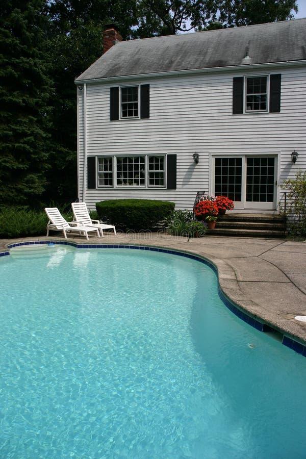 Casa blanca con la piscina fotografía de archivo libre de regalías