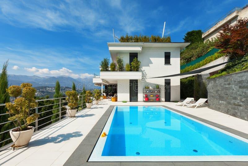 Casa blanca con la piscina imagen de archivo libre de regalías