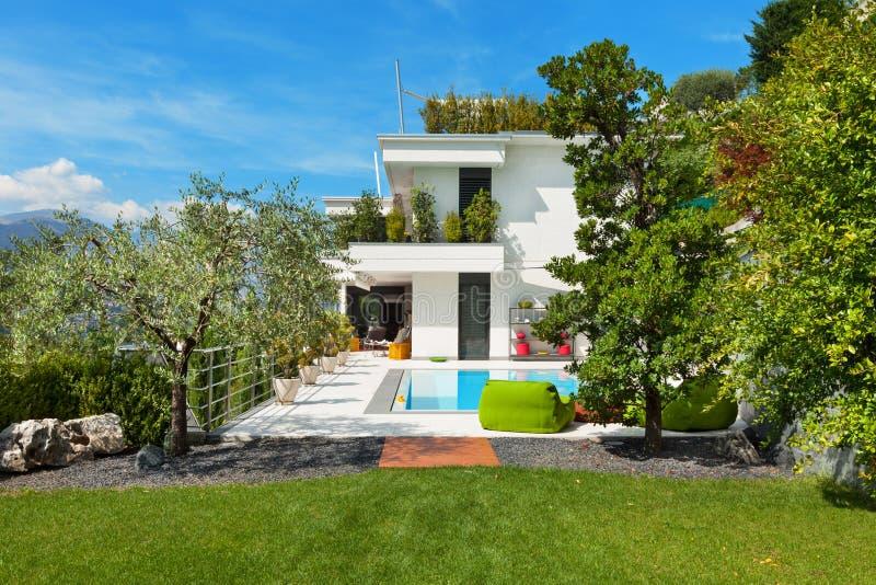 Casa blanca con la piscina imagenes de archivo