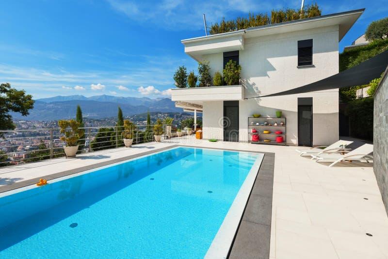 Casa blanca con la piscina fotos de archivo