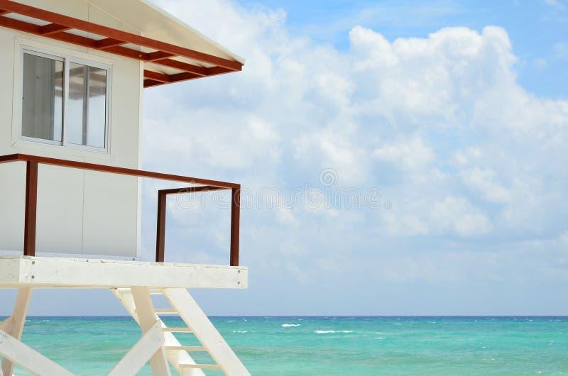Casa blanca del salvavidas en una playa fotografía de archivo libre de regalías