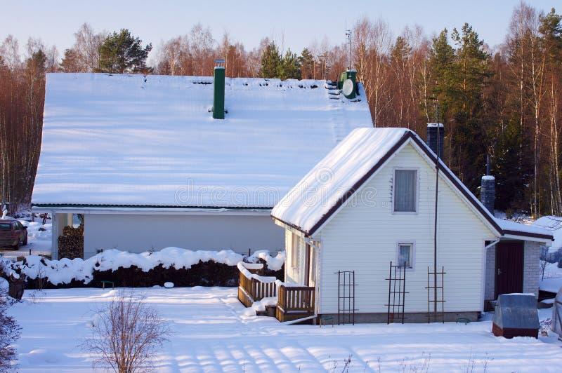 Casa blanca en invierno con nieve fotos de archivo