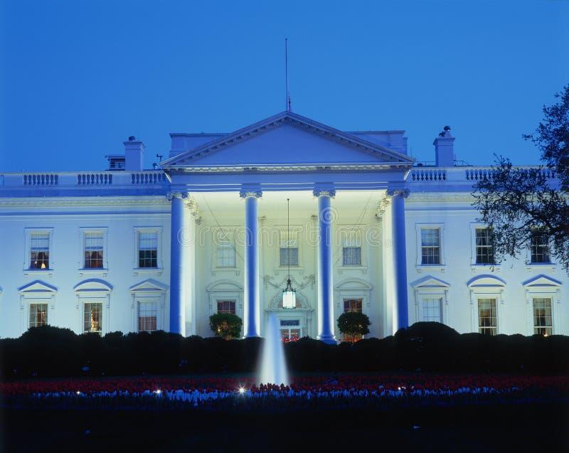Casa blanca en la noche fotografía de archivo