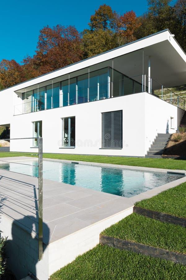 Casa blanca moderna con el jardín foto de archivo