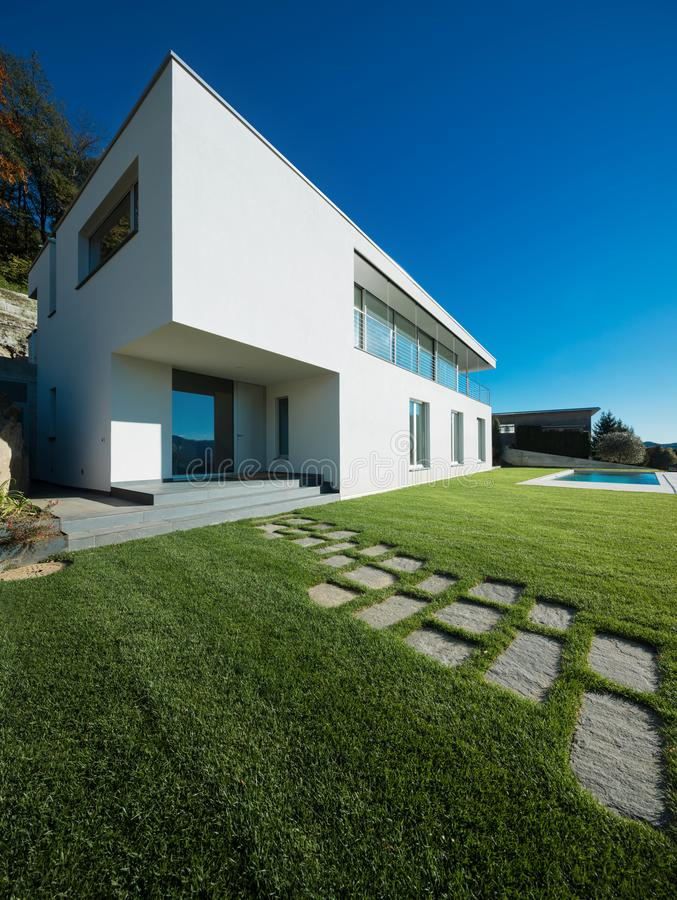 Casa blanca moderna con el jardín fotos de archivo
