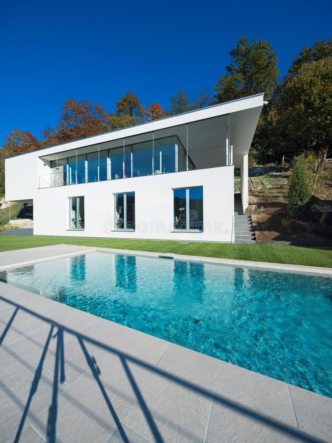 Casa blanca moderna con el jardín imagen de archivo