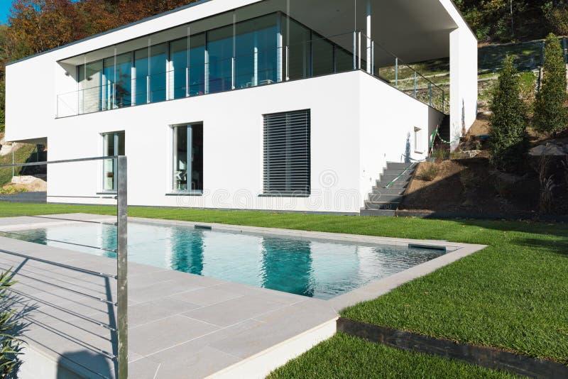 Casa blanca moderna con el jardín imágenes de archivo libres de regalías