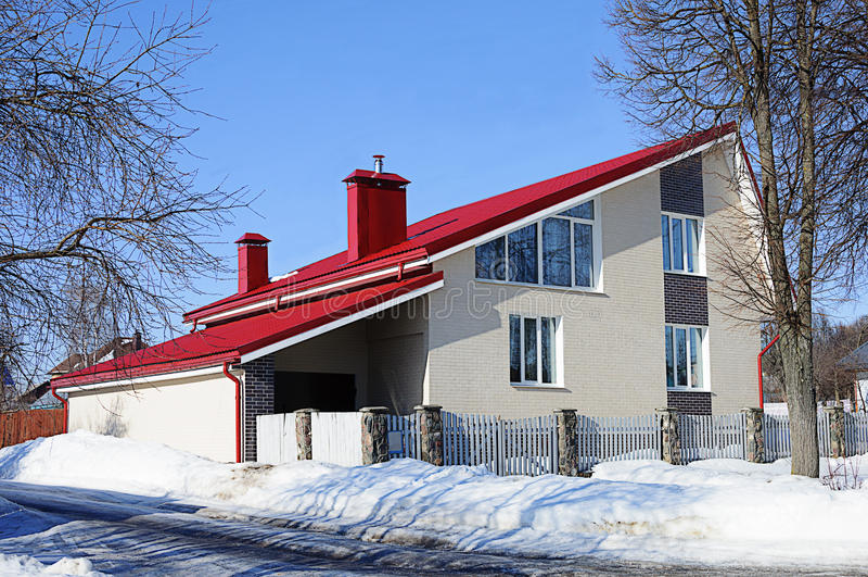 Casa blanca moderna del ladrillo con el tejado rojo imagen for Casa moderna blanca