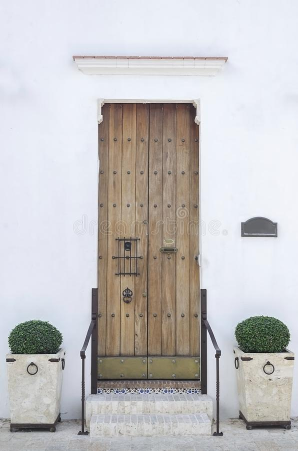 Casa blanca vieja y puerta colonial con las escaleras en área colonial fotografía de archivo