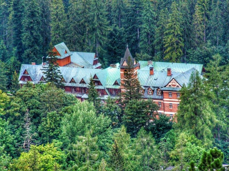 Casa bonita arredondada por árvores imagens de stock royalty free