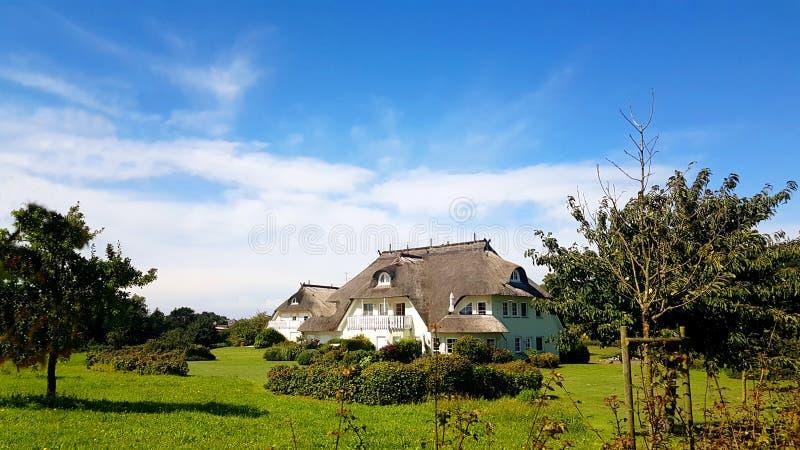 A casa bonita com ree do telhado ou cobre com sapê imagens de stock royalty free