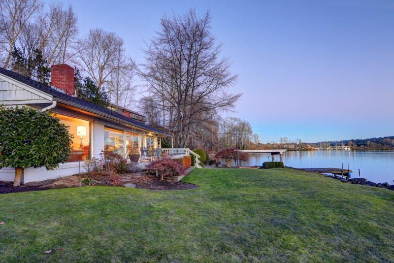 Casa bonita da margem com doca privada imagens de stock