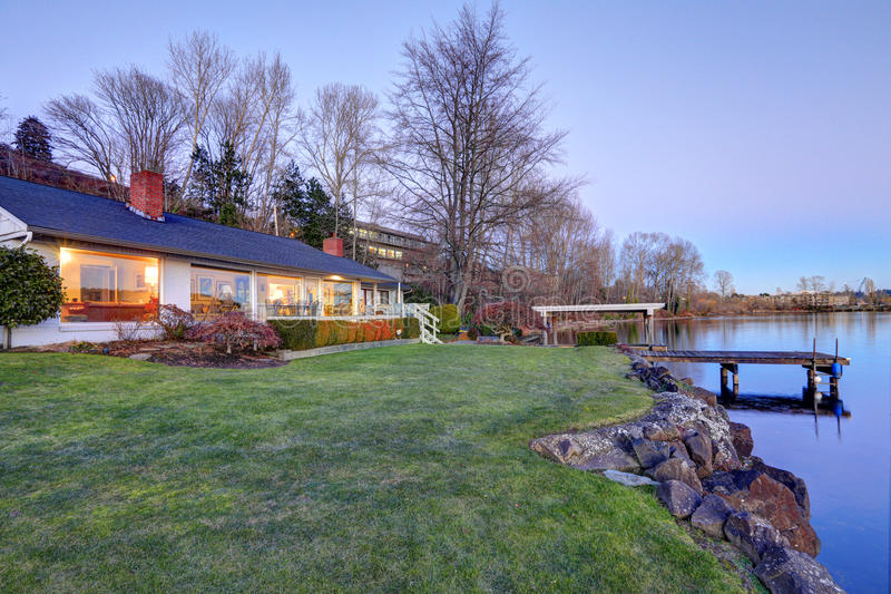 Casa bonita da margem com doca privada fotos de stock royalty free