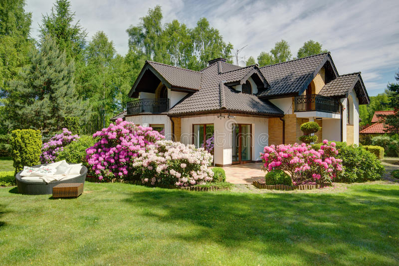 Casa bonita da vila com jardim fotografia de stock royalty free