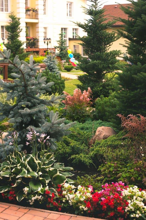 Casa bonita do jardim imagem de stock royalty free