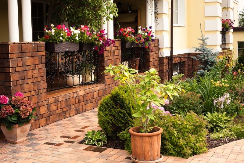Casa bonita do jardim fotografia de stock