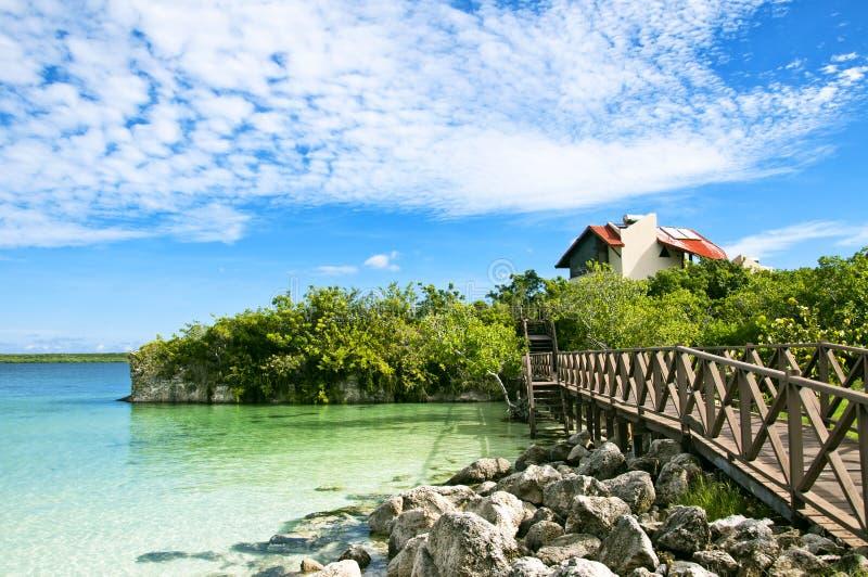 Casa bonita em uma ilha das Caraíbas foto de stock
