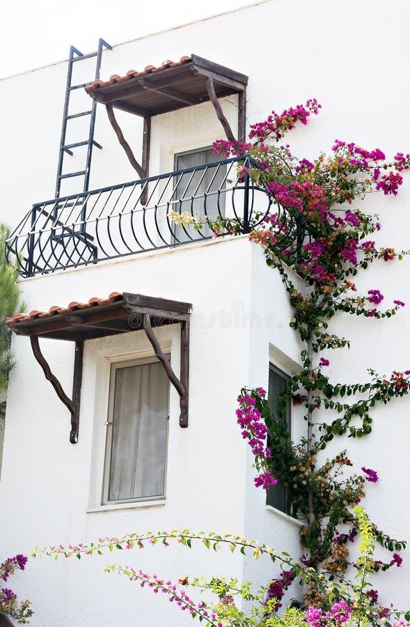 Casa bonita em uma vila foto de stock royalty free