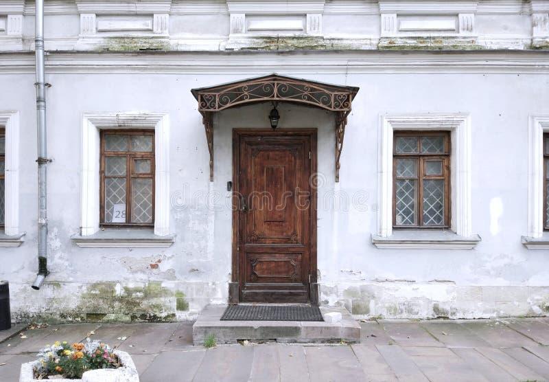 Casa bonita Parede branca com janela & porta imagens de stock