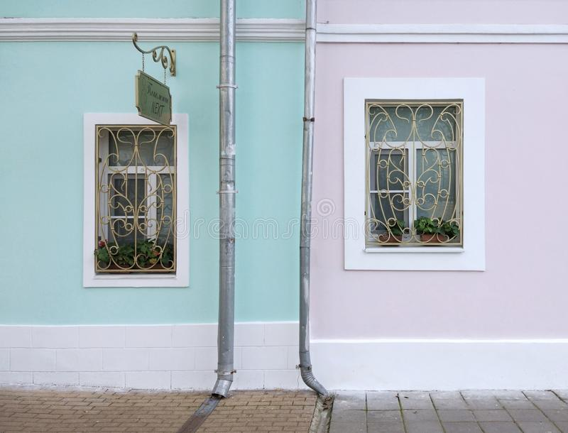 Casa bonita Parede com janelas foto de stock