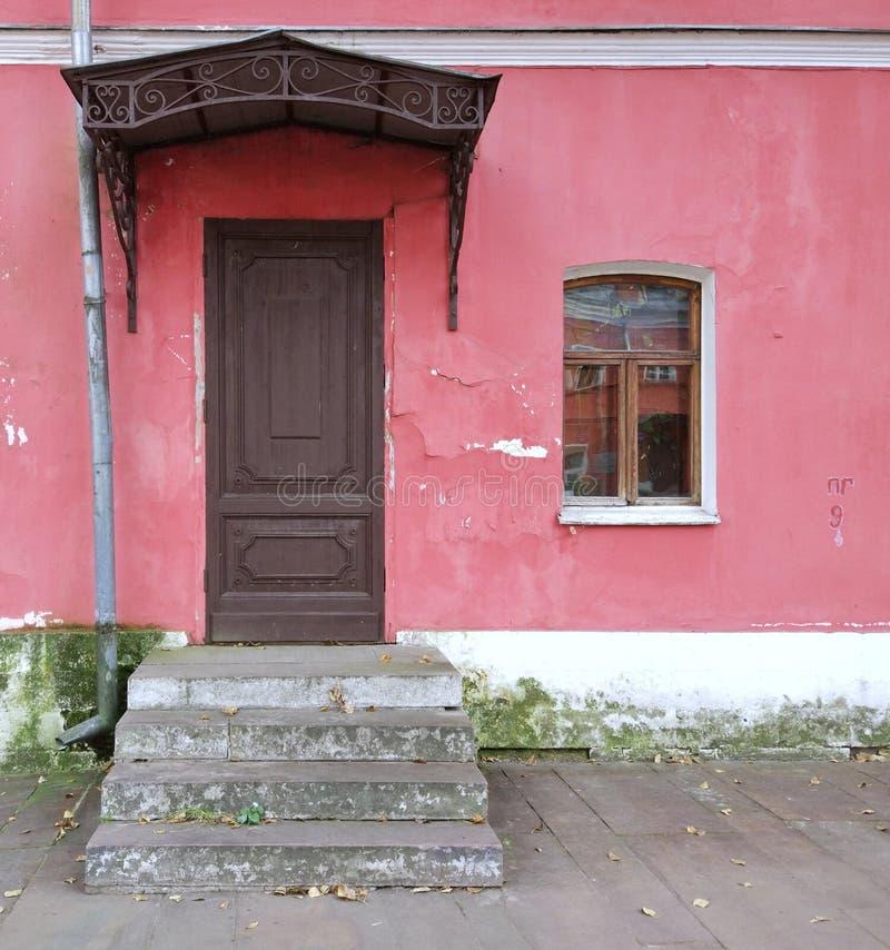 Casa bonita Parede vermelha com janela & porta imagem de stock royalty free