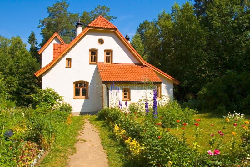 Casa branca com o telhado de telha vermelha imagens de stock