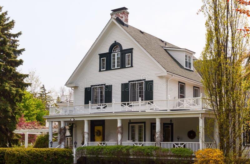 Casa branca com um patamar do wraparound imagem de stock royalty free