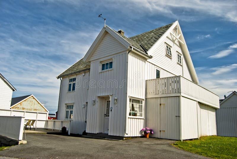 Casa branca de madeira foto de stock royalty free