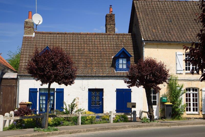 Casa branca e azul antiga foto de stock