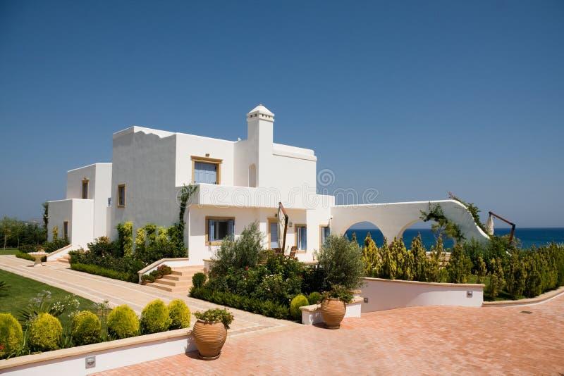 Casa branca luxuosa sobre o mar foto de stock royalty free