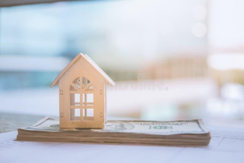 Casa branca modelo na cédula do dólar Seguro e conceito dos bens imobiliários de investimento da propriedade foto de stock