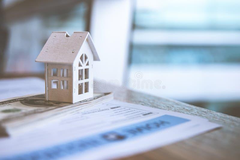 Casa branca modelo na cédula do dólar Seguro e conceito dos bens imobiliários de investimento da propriedade imagem de stock royalty free