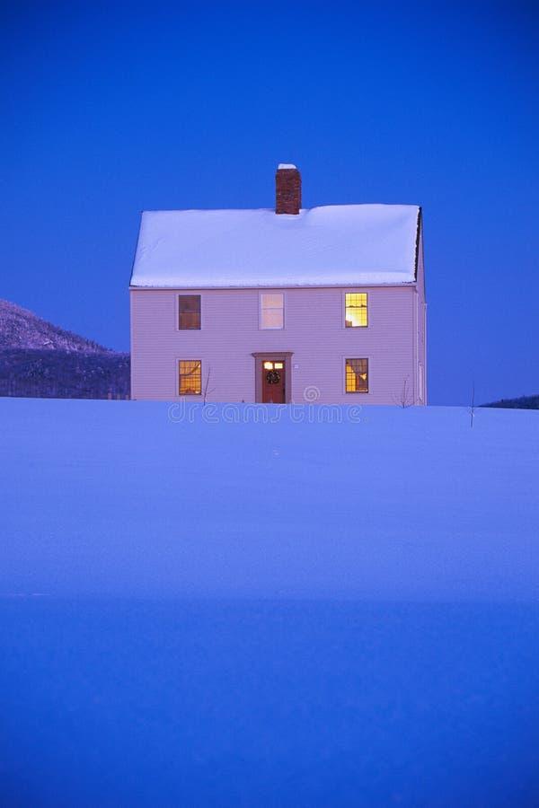 Casa branca na estrada querida do monte imagem de stock royalty free