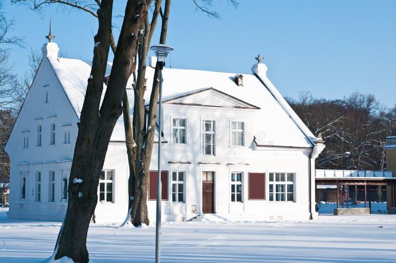 Casa branca na neve imagem de stock