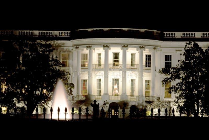 Casa branca na noite fotografia de stock royalty free