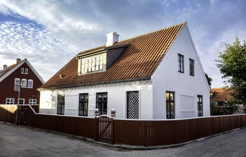 Casa branca no centro de Skagen em jutland fotografia de stock royalty free