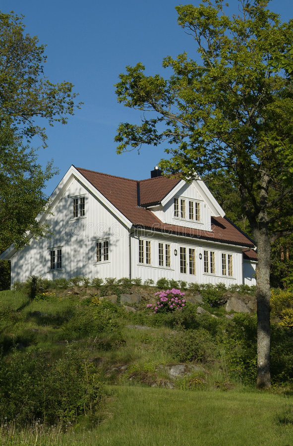 Casa branca no jardim luxúria foto de stock royalty free