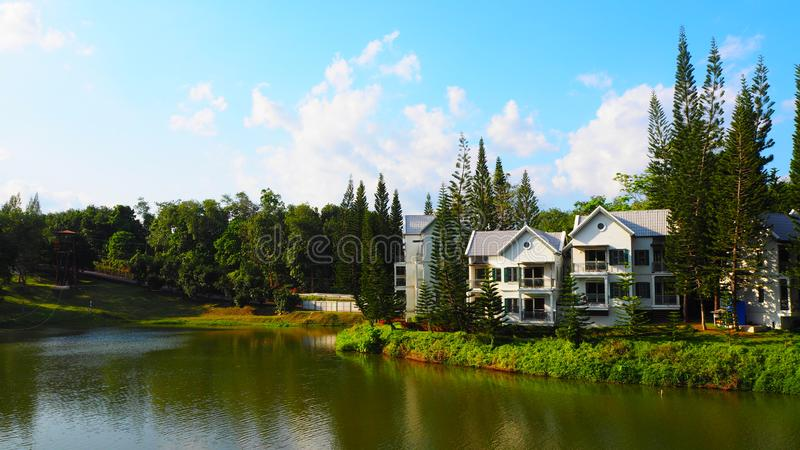 Casa branca no lago na floresta foto de stock royalty free
