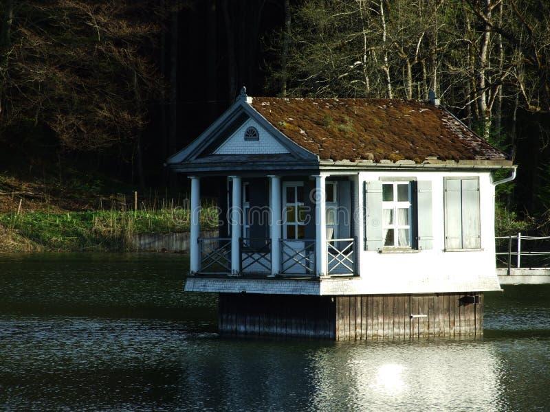 Casa branca pequena no lago fotos de stock