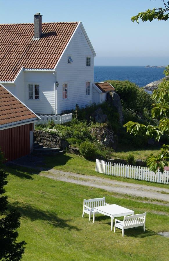 Casa branca perto do mar fotos de stock