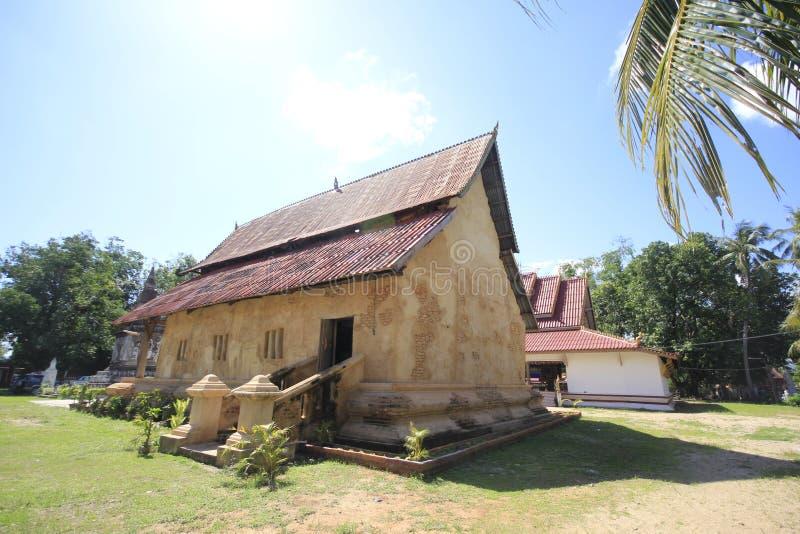 Casa Brown Concreta de 1 andar Sob o Calor do Sol fotos de stock royalty free