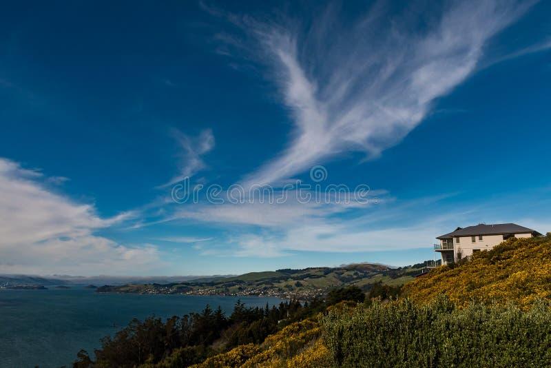 Casa cerca del borde en Nueva Zelanda fotos de archivo