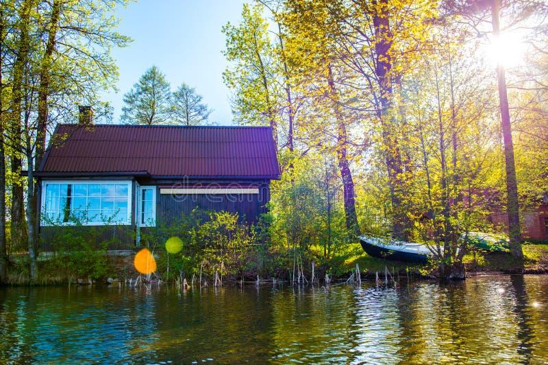 Casa cerca del lago fotografía de archivo