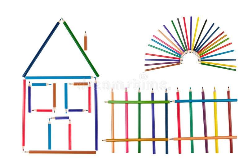 A casa, cerca e o sol dos lápis da cor fotografia de stock