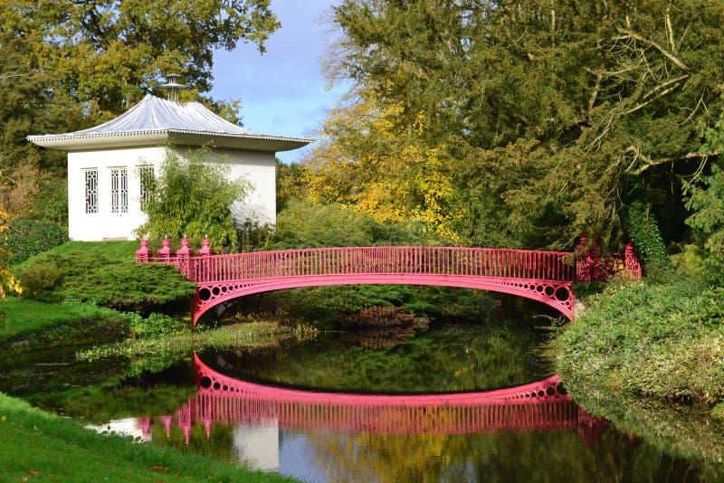 Casa china y puente rojo fotos de archivo