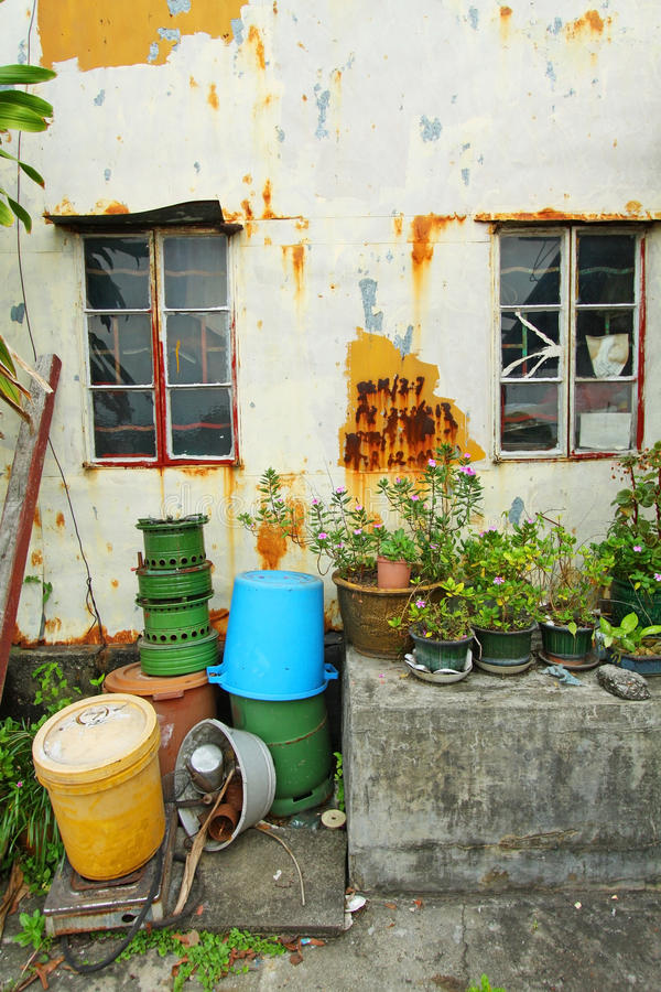 Casa cinese con la parete, la finestra ed il giardino dell'annata fotografie stock